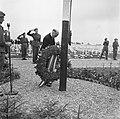 Kranslegging op het soldatenkerkhof Margraten (L) door minister president Wille, Bestanddeelnr 900-4864.jpg