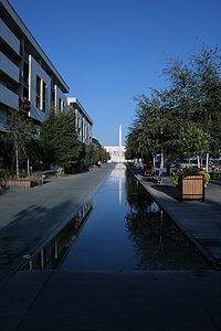 La Place de l'eau et la flèche de l'Hôtel de ville.jpg