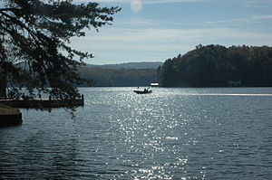 Lake Burton (Georgia) - Image: Lake Burton with boat