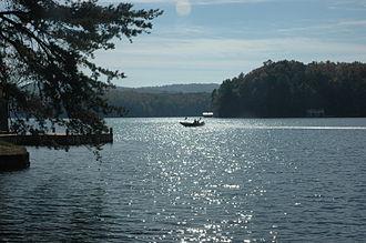 Lake Burton (Georgia) - Image: Lake Burton with boat