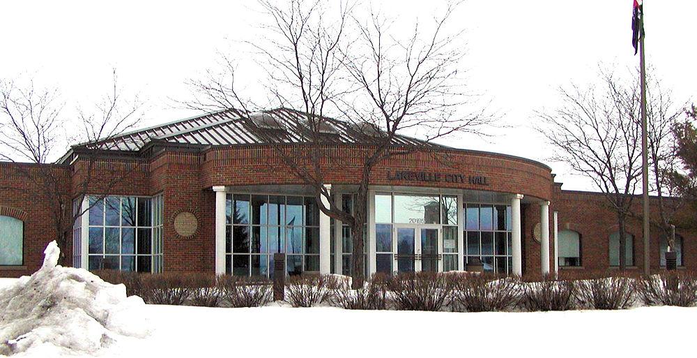The population density of Lakeville in Minnesota is 569.91 people per square kilometer (1475.97 / sq mi)