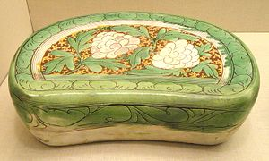 Cizhou ware - Bean-shaped headrest with coloured glazes and carved and incised decoration, Jin dynasty