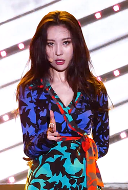 Lee Sun-mi performing at INK Concert in September 2017 15.png