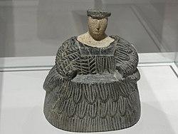 Français: Femme vêtue d'une robe-manteau de laine («kaunakès»): figure protectrice des vivants et des morts?