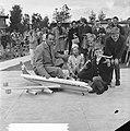Madurodam krijgt DC 8 (Loco-burgemeester en 3 kleinkinderen van Els Plesman ), Bestanddeelnr 914-1031.jpg