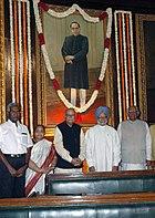 Премьер-министр Манмохан Сингх, спикер, Лок Сабха, Сомнатх Чаттерджи и лидер оппозиции в Лок Сабха, Л.К. Адвани почтили память портрета Б.Р. Амбедкара.