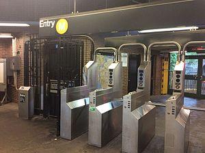 Middle Village–Metropolitan Avenue (BMT Myrtle Avenue Line) - Turnstile bank