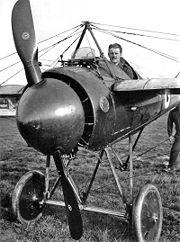 Un Morane Saulnier avec une mitrailleuse et les plaques déflectrices sur l'hélice