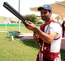 Nasser Al-Attiyah in una competizione di tiro.