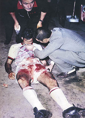 Intercontinental Cup (football) - A.C. Milan's Néstor Combin was left bloodied and unconscious after a brutal series against Estudiantes de La Plata.