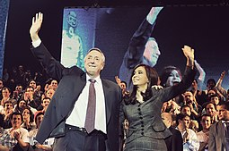 Néstor Kirchner y Cristina Fernández de Kirchner Saludando al público en un acto realizado en el estadio Luna Park.
