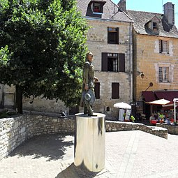 Newer statue of Cyrano de Bergerac.jpg