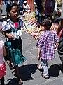 Niña nahua y niño de la ciudad en Orizaba, Veracruz.jpg