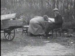 """Bioscoopjournaal uit 1924. Echtpaar demonstreert voor een betere woning dmv een verblijf in de openlucht. Het Algemeen Handelsblad van 10 april 1924 zag dit """"eigenaardige protest"""" als een """"teeken des tijds""""."""