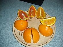 oranges sectionnée sur une plaque