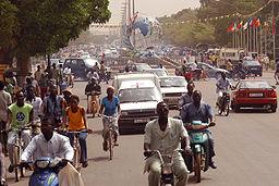 Typisk gadescene med Place des Nations Unies i baggrunden.