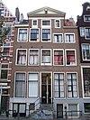 foto van Vijf vensters breed huis onder dwars dak