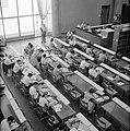 Overzichtsfoto van bovenaf genomen met studenten aan leestafels in een universit, Bestanddeelnr 255-2425.jpg