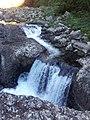 Petite chute d'eau en amont du barrage - panoramio.jpg