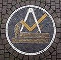 Pflastermosaik mit Zunftzeichen des Schreiners im Freiburger Stühlinger.jpg