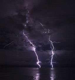 Phatman - Lightning on the Columbia River (by-sa).jpg