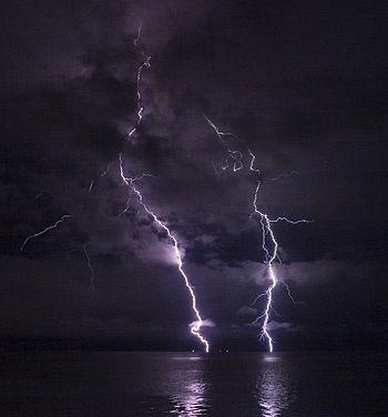 Phatman - Lightning on the Columbia River (by-sa).jpg