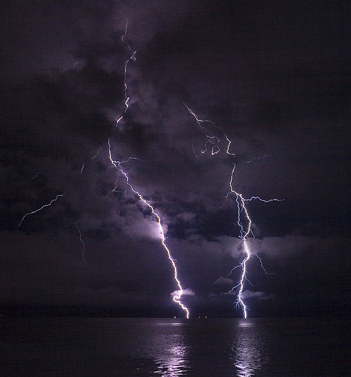 Phatman - Lightning on the Columbia River (by-sa)