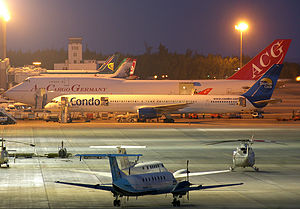 Planes on the runway at Gran Canaria airport (19 December 2009).jpg