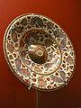 Plat amb tetó, pisa de reflex daurat, museu de Ceràmica de València.JPG