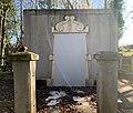 Porte d'entrée scellée du tombeau de Georges Girerd (Belley), photo irisée.jpg