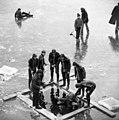Ráckeve 1972, búvár merülése a befagyott Ráckevei (Soroksári)-Dunába. Fortepan 87607.jpg