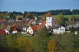 Blick von Südost auf Dorf und Kirche