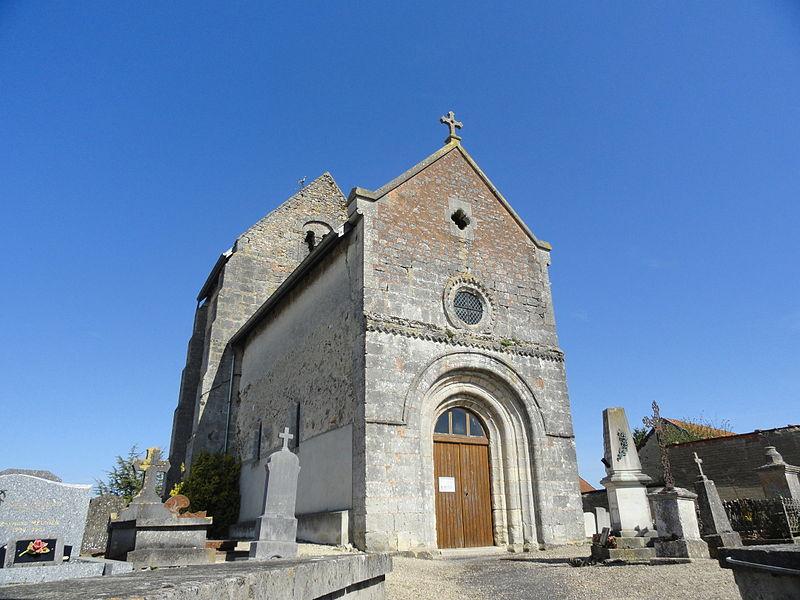 Façade (portail roman) de l'église Notre-Dame de Rouffy, entourée par son cimetière.
