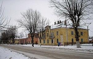 Двухэтажные дома (бывшие дома квартирно-эксплуатационной части Балашовского района ВВС ПРИВО) и Центральная районная библиотека в начале улицы Алексея Громова