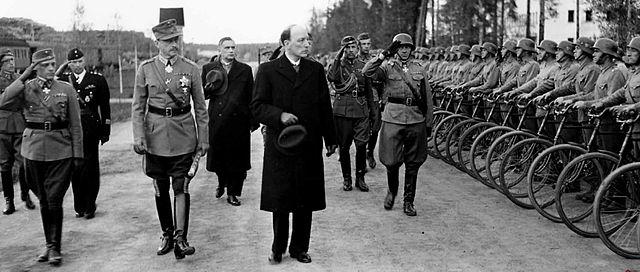Маршал Маннергейм и президент Рюти инспектируют войска в Энсо (ныне Светогорск). 4 июня 1944 года
