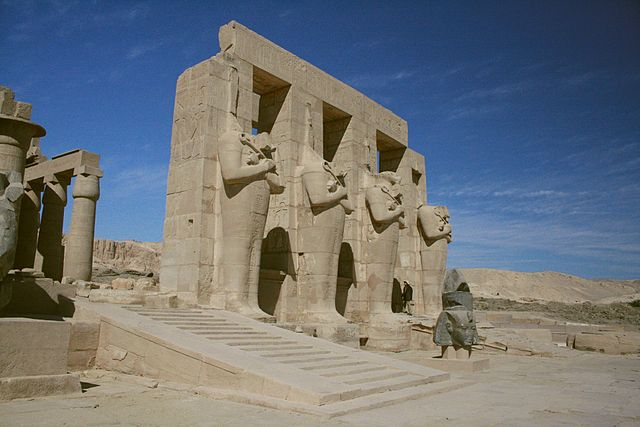 门口的四个奥西里斯雕像 via 维基百科
