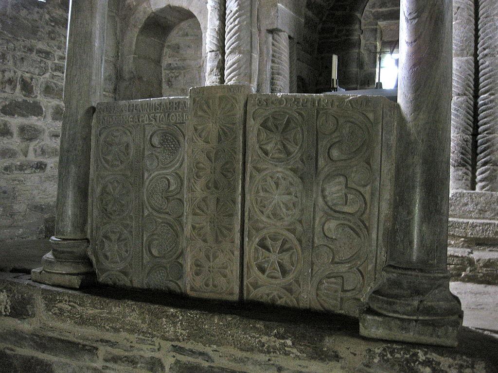 Santa Cristina de Lena. Detalle del relieve del altar.