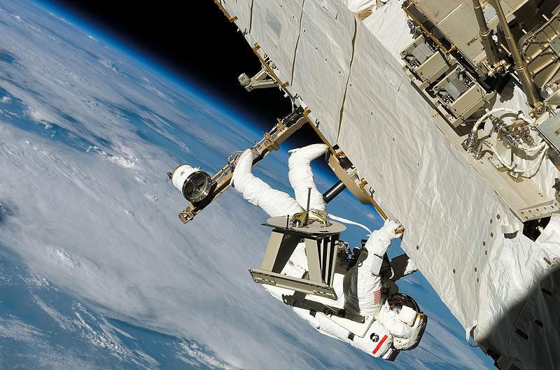 Archivo: Vendedores traduciendo a lo largo de armadura durante el EVA-3 en la misión STS-121.jpg