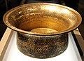 Siria, bacile detto battistero di s.luigi, 1320-40 ca, firmato muhammad ibn al-zayn, con restauri del 1821, ottone incr. d'oro, arge e pasta nera 02.JPG