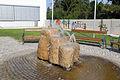 Springbrunnen vor der Volksschule in Langenlois.jpg