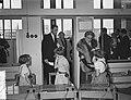 Staatsbezoek president Coty aan Nederland. Mevrouw Coty en koningin Juliana bezo, Bestanddeelnr 906-6176.jpg