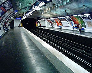 Marcadet – Poissonniers (Paris Métro) - Image: Station Marcadet Poissonniers Ligne 4 Quais 26 03 05