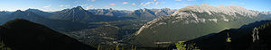 https://upload.wikimedia.org/wikipedia/commons/thumb/1/1c/Sulphur_mountain_panorama.jpg/300px-Sulphur_mountain_panorama.jpg