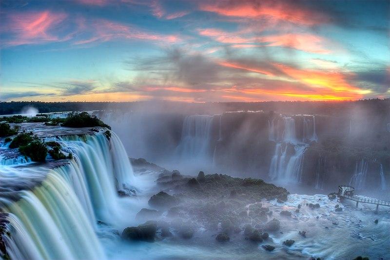 Puesta de sol en las Cataratas del Iguazú.