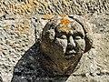 Tête sculptée sur le clocher de l'église.jpg