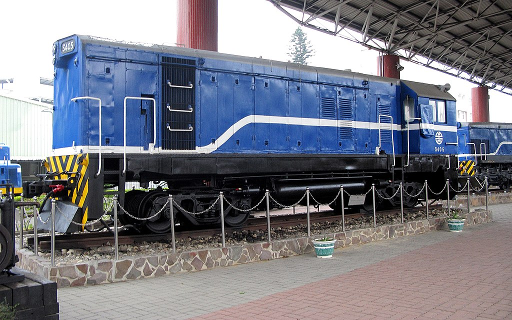 https://upload.wikimedia.org/wikipedia/commons/thumb/1/1c/TRA_S405_at_Miaoli_Railway_Museum_20130125_1.jpg/1024px-TRA_S405_at_Miaoli_Railway_Museum_20130125_1.jpg