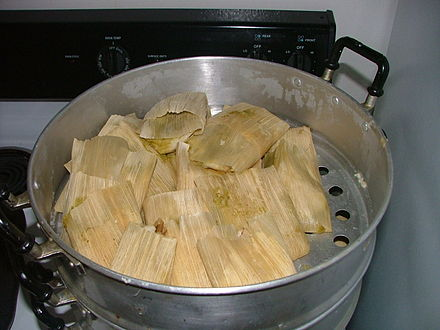 A batch of Mexican tamales in the tamalera Tamales mexicanos navidad2004.jpg
