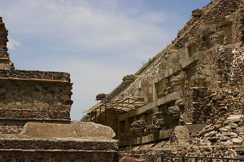 Archivo:Teotihuacan-Pyramid of the Feathered Serpent-3025.jpg