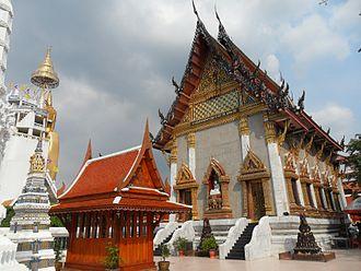 Wat Intharawihan - Wat Intharawihan with statue of Buddha to its right