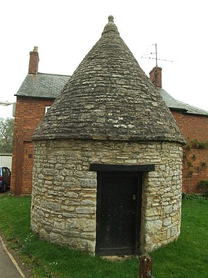 Harrold, Bedfordshire - Image: The Lock up, Harrold geograph.org.uk 1252177